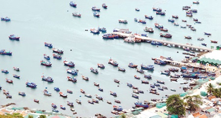 Fishing vessels moored off Khanh Hoa Province's Cam Binh Island. NA deputies yesterday discussed the draft Law on Sea and Island Natural Resources and Environment to form a legal framework for their management. (Photo: VNA/VNS)