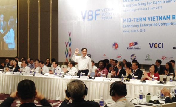 Prime Minister Nguyen Tan Dung (standing) at the 2015 midterm Vietnam Business Forum opened on June 9 (Photo: SGGP)