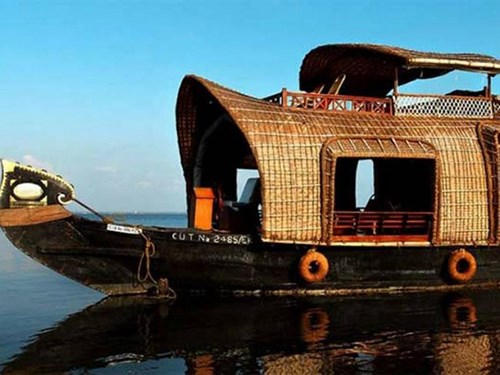 Houseboat in India (Photo: Indiatimes)