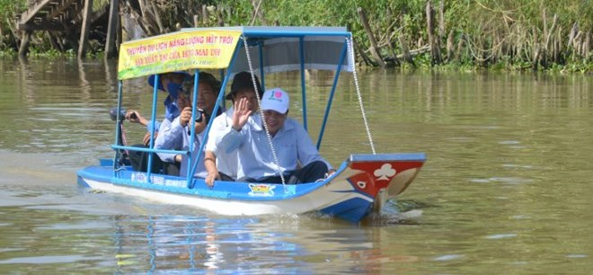 Solar-powered boat trip at Tram Chim National Park. (Photo: tramchim.com.vn)