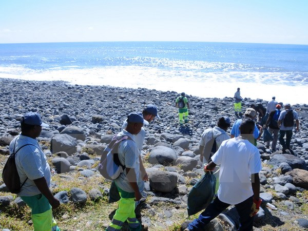 Authotities searched for MH370 debris in Reunion island on August 10. Photo: AFP/VNA