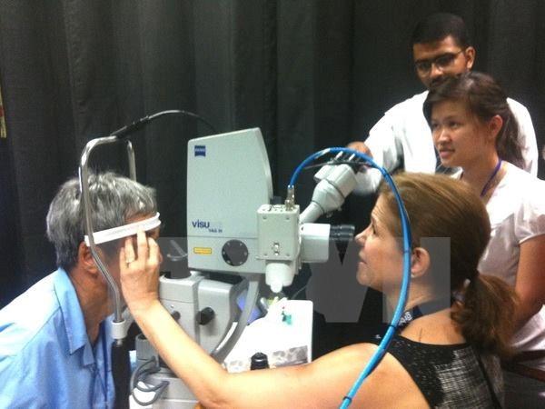Orbis doctor examines eyesight (Source: VNA)