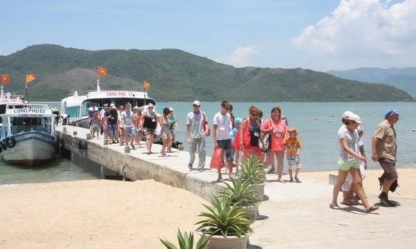 Visitors to Nha Phu Bay, Nha Trang (Source: VNA)